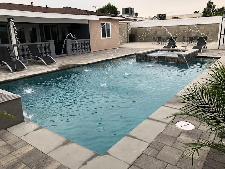Beautiful One of a kind Home with Pool & Jacuzzi!