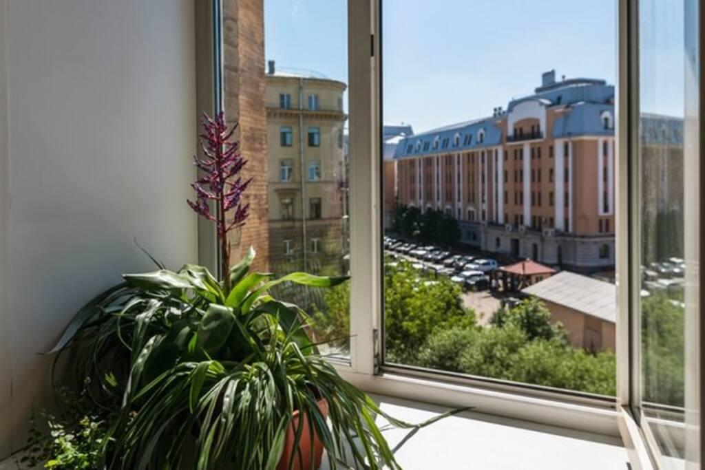 Из окна кухни наблюдаем жизнь Московского вокзала.