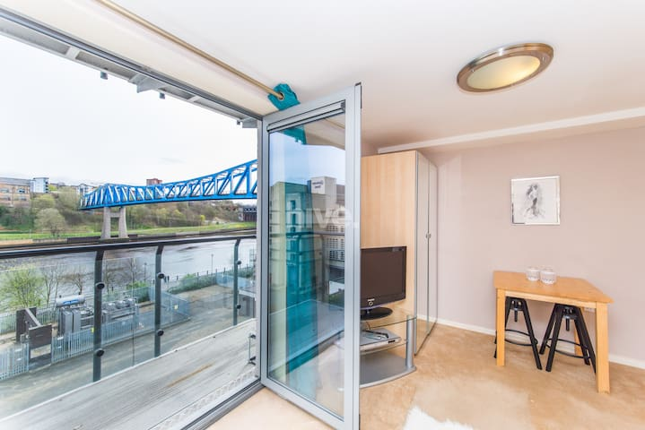 Light & Airy Quayside Studio with River Tyne View - Newcastle upon Tyne - Apartment