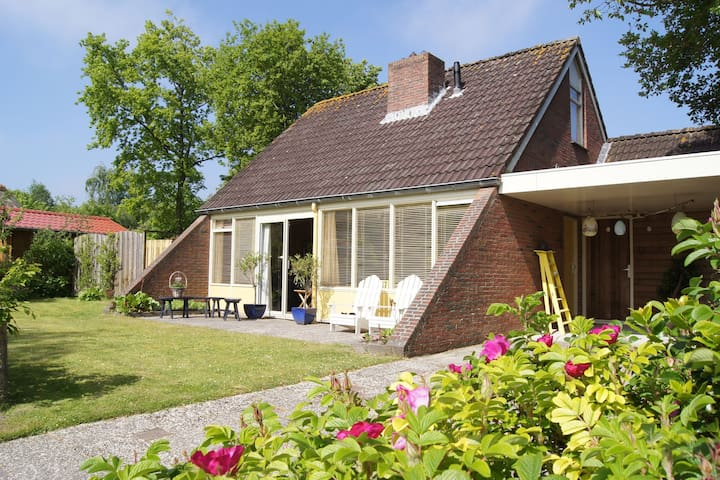 Cosy Holiday Home in Lauwersoog by the Lake with jacuzzi