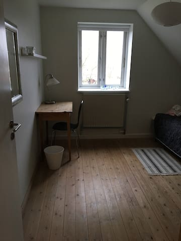 Nice bedroom for two with bathroom and livingroom - Hillerød - Дом