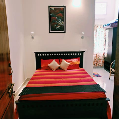 37,Malabar Road - The Homestay ( Red room)