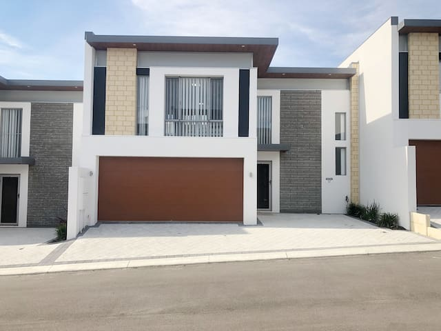 Modern Townhouse 10mins to Fremantle!