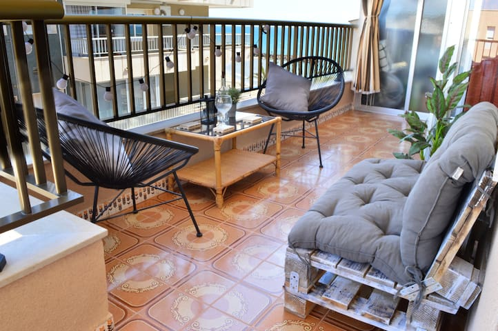 Seafront apt. Amazing terrace. 2double+2single bed