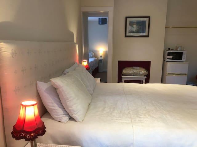 Suite 2 rooms.King Bed & Single.Fridge,microwave