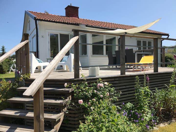 Hus med gästhus nära stranden i Hörvik