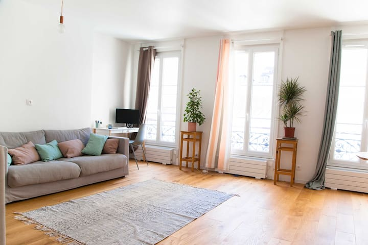 Live in a real parisian confortable room !