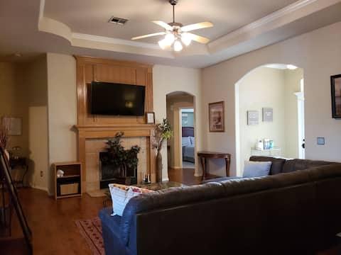 Modern home, quiet neighborhood, easy trip to OKC