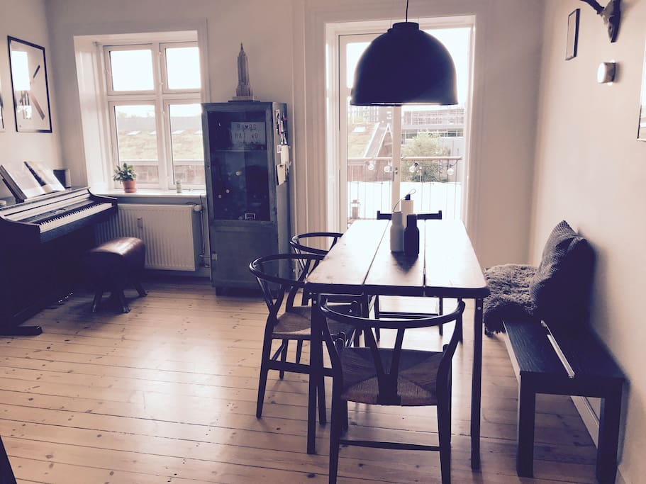 Dining room (with electric piano)