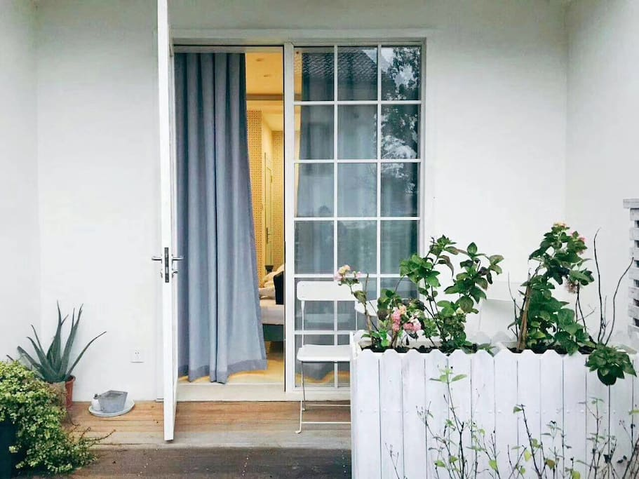 一楼房间的门口的院子