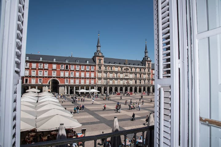 Sunrise in Plaza Mayor - Madrid