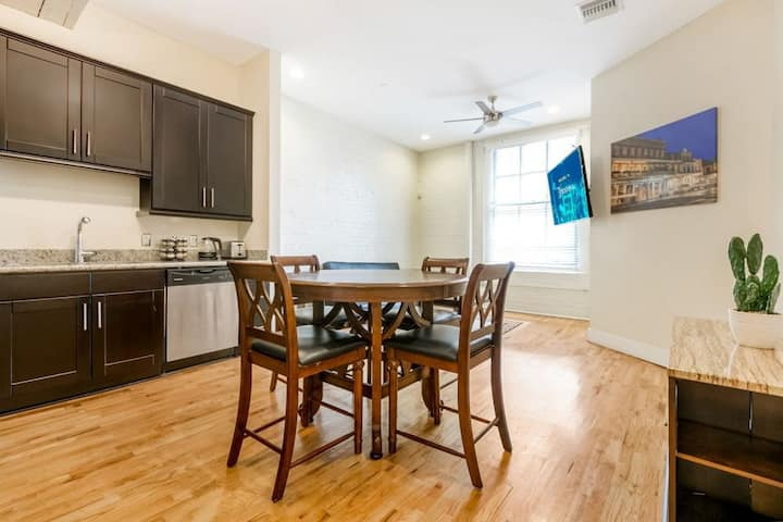 Beautiful condo steps from French Quarter/Bourbon