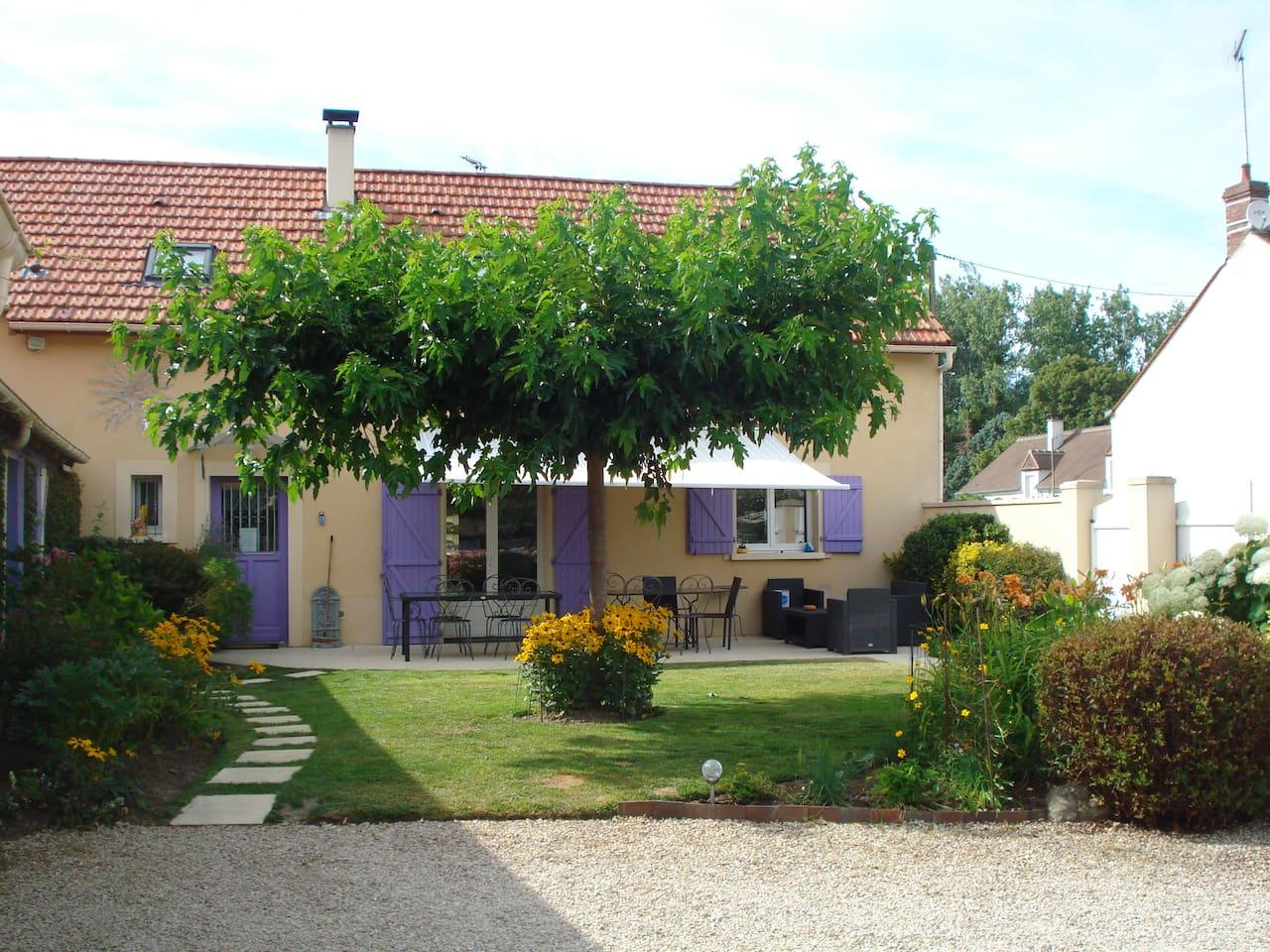 maison de l'extérieur avec sa terrasse et coin salon