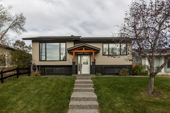 3 Bed/3 Bath Stunning Home in South Calgary
