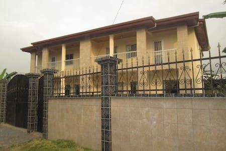 Spacious Duplex - 4 bedrooms + 4 showers /toilets