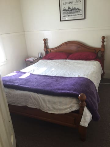 1920 Railway Cottage  - Queen Bed