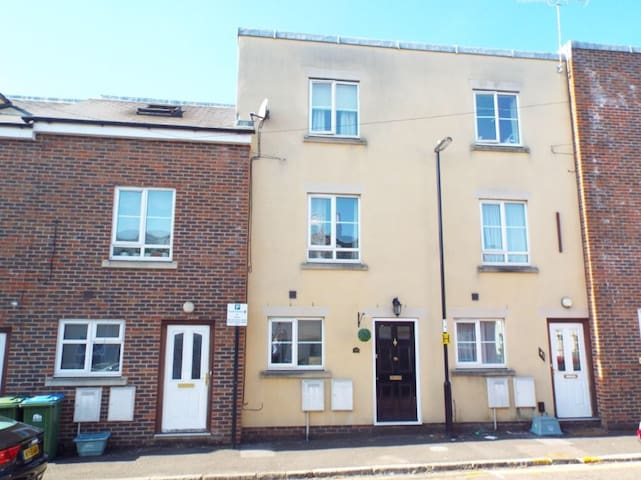 Modern Townhouse Close To City Centre & Amenities