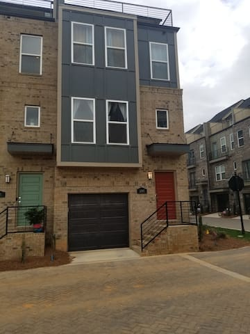Charlotte South end Townhome w/ ter near lightrail