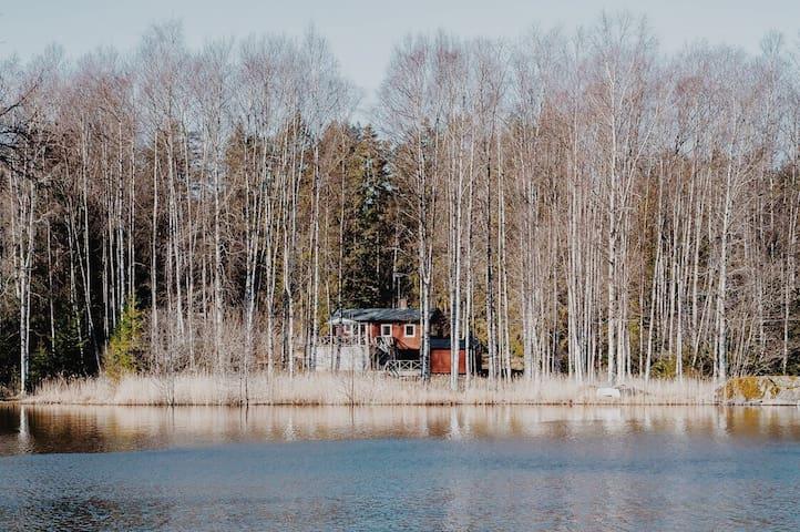 Charmigt hus med idyllisk sjötomt nära Stockholm
