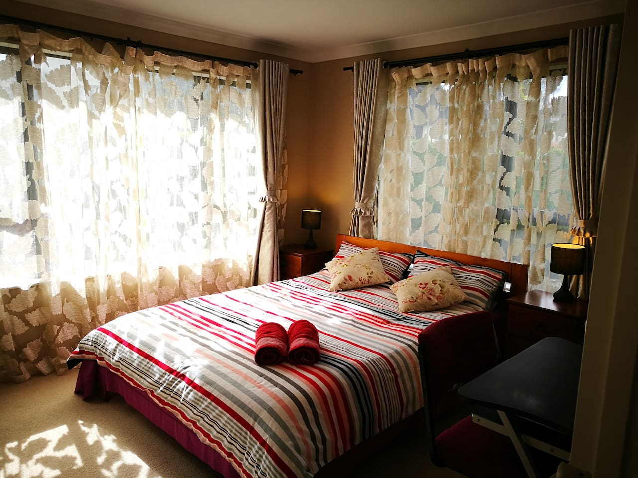 Cosy Rose Room with Air/Con+queen bed, double glazed windows and bathroom next door with great water pressure.