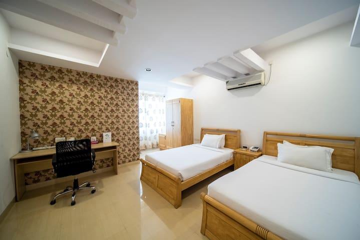 Spacious room 100 meters from Indiranagar 100 ft