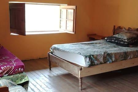 Habitación triple privada con baño compartido