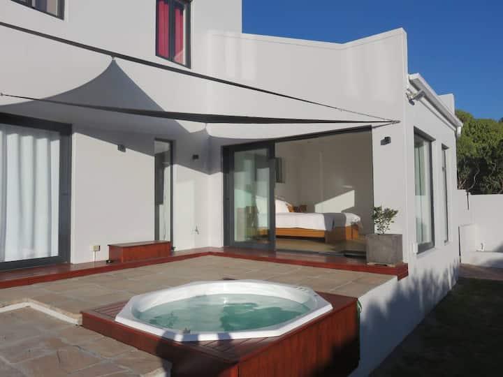 Cape white villa - Main suite