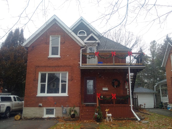 2 Bed. Apt. in Downtown Kit. Home Long term stays.