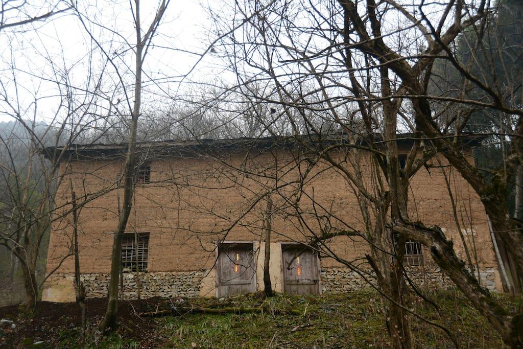 黄泥夯土墙、板岩瓦屋