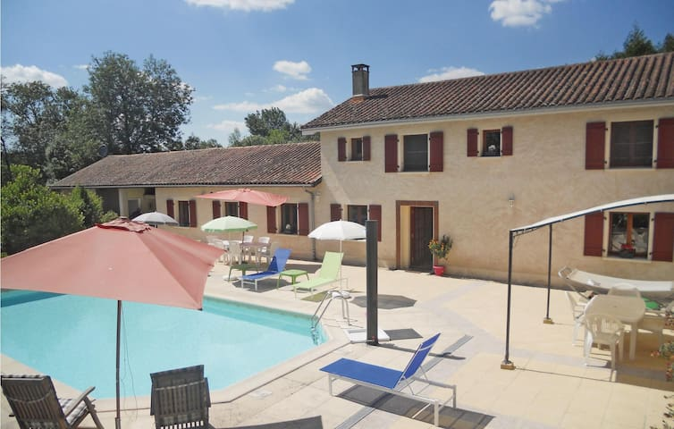 Holiday cottage with 4 bedrooms on 200 m² in Verteillac