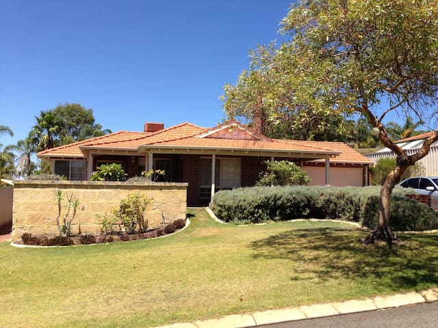 Lake view family home on the hill!! - Joondalup - House