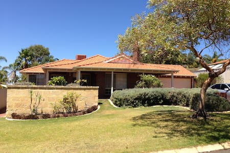Lake view family home on the hill!! - Joondalup - Dům
