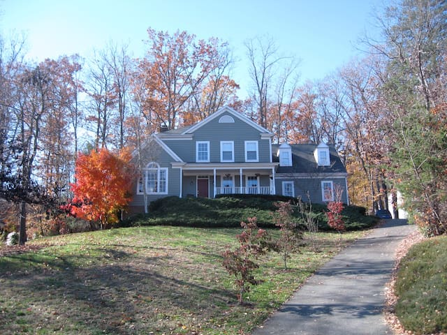 5 Bedroom Wooded Oasis in Neighborhood near UVA - Charlottesville - Casa