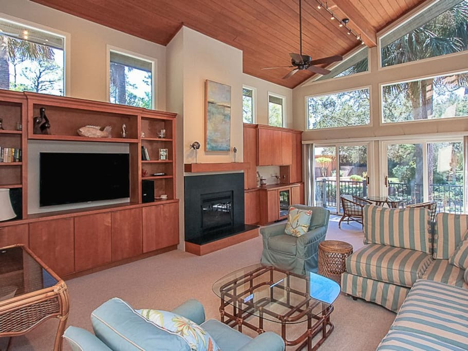 Spacious Living Room with Vaulted Ceilings at 20 Red Cardinal