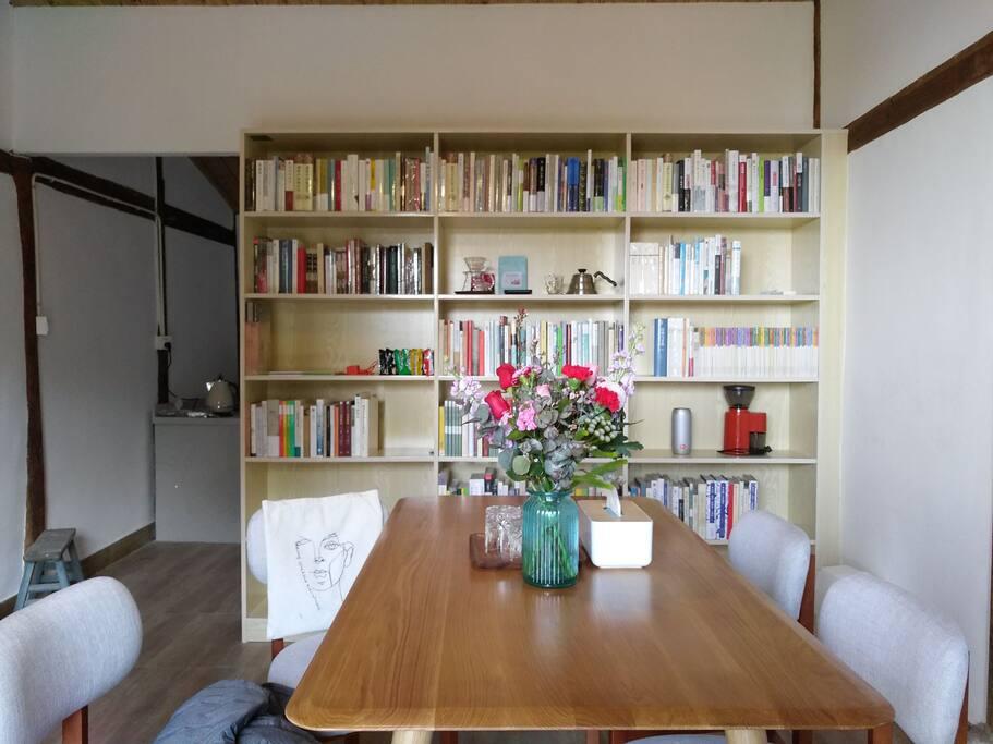 书房兼客厅有文史哲艺术类藏书五百余本,可售可翻,另有手冲单品咖啡、精酿啤酒、威士忌。