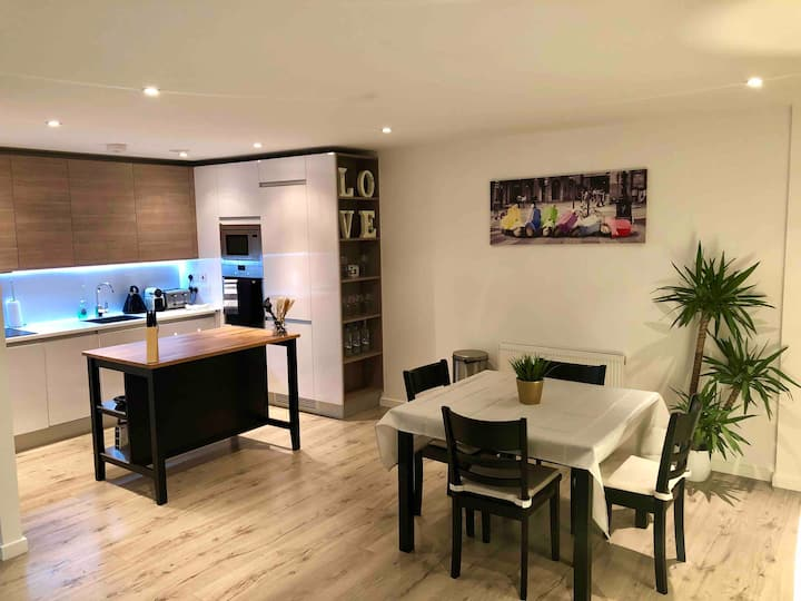 Modern central 2 Bed New apartment 6ppl + Parking