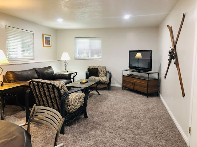 Newly Renovated Duplex near Mountains & Canyons !!