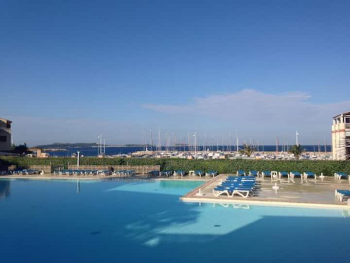 T2 vue mer avec piscine, 100m des plages, jardinet