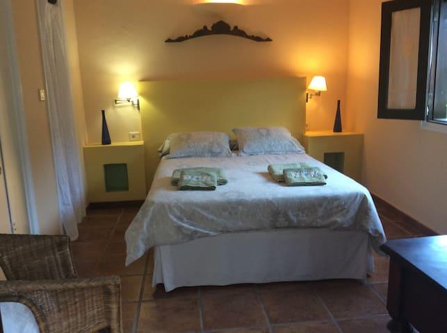 cómoda suite privada con cocina compartida. - Hermigua - Guesthouse