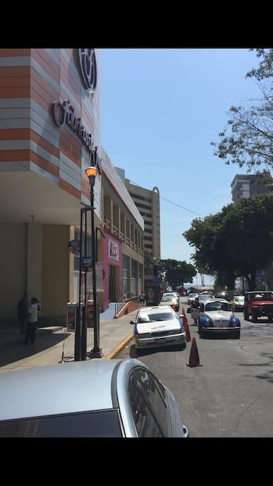 Una cuadra de centro comercial, playa, central camionera y parque diversiones papagayo.