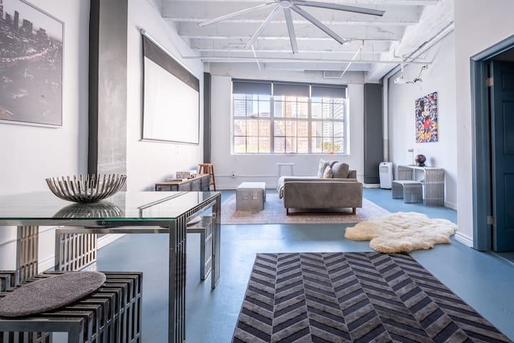 Heart of Downtown Loft, Clean, Airy w/ City Views