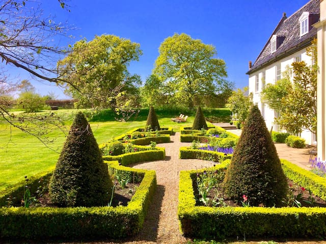 Parterre, sunbathing area and patio with BBQ area