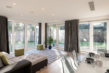Stylish 2BD Apartment in the Heart of Barnes