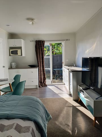 Main bedroom/kitchen, dining