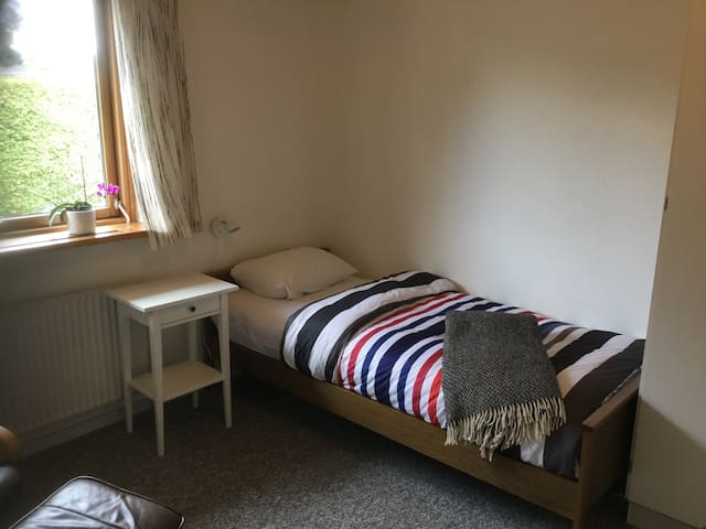 Værelse 2 med enkelt seng og evt mulighed for børneseng