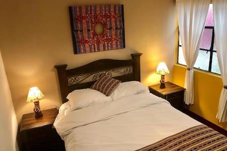 Habitación con una cama matrimonial.