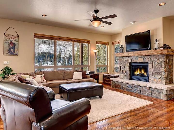 Stunning private home in a pristine area of Breckenridge! Private hot tub, garage, mountain views! Aspen View Retreat