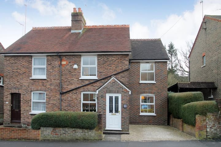 Family Cottage with Lovely Garden, Haywards Heath
