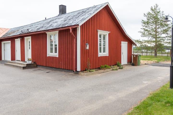 Naturskönt gårdshus i friluftsby, 25 km till Umeå