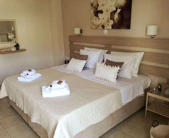 Διπλό κρεβάτι μετατρέψιμο σε δύο μονά